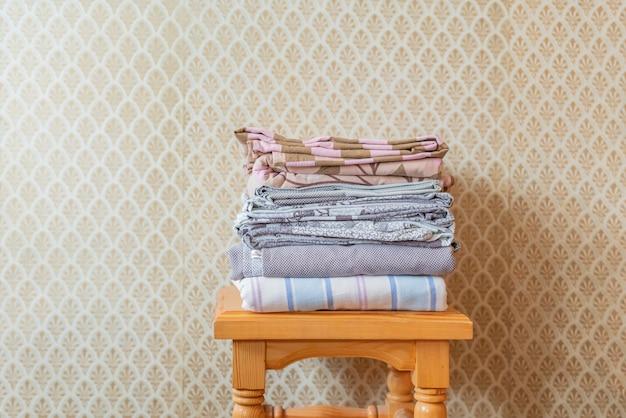 Stos Tekstylnych Koców Na Drewnianej Półce Premium Zdjęcia