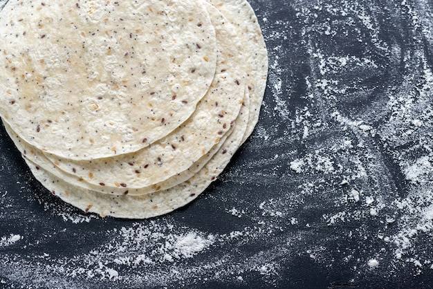 Stos Tortilli Na Czarnej Powierzchni Premium Zdjęcia