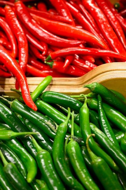 Stos Warzyw Czerwone I Zielone Papryczki Chili W Tle Premium Zdjęcia