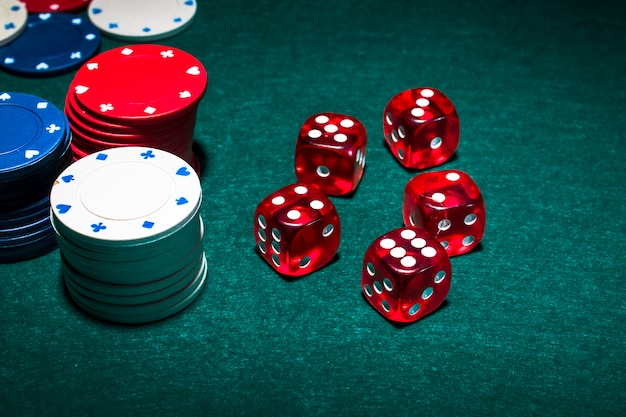 Stos żetonów I Czerwone Kostki Na Stole Do Pokera Premium Zdjęcia