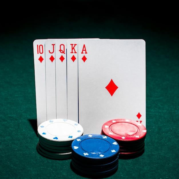 Stos żetonów W Kasynie Z Przodu Karty Poker Królewski Poker Na Stole Pokerowym Darmowe Zdjęcia