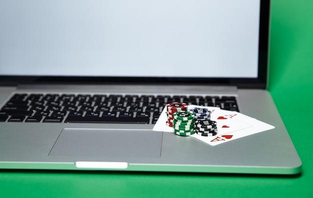 Stosy żetonów I Kart Do Gry Na Komputerze Przenośnym. Koncepcja Kasyna Online. Premium Zdjęcia