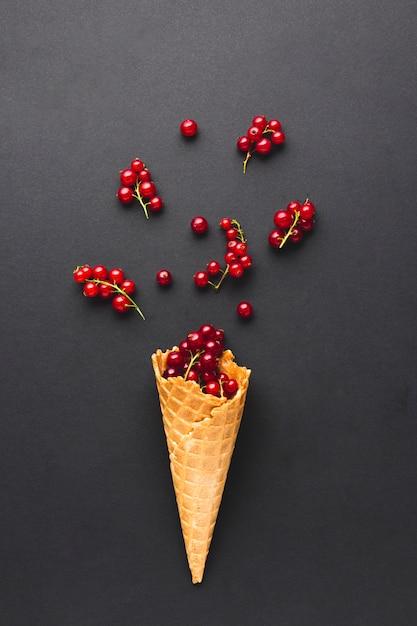 Stożek lodów płaskich z czerwoną porzeczką Darmowe Zdjęcia