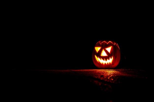 Straszna Latarnia Z Dyni Halloween W Nocy W Ciemności Premium Zdjęcia