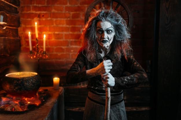 Straszna Wiedźma Na Seansie Duchowym, Gotowaniu, Czary Ze świecami. Kobieta Przepowiadająca Przyszłość Nazywa Duchy, Straszną Wróżbitą Premium Zdjęcia