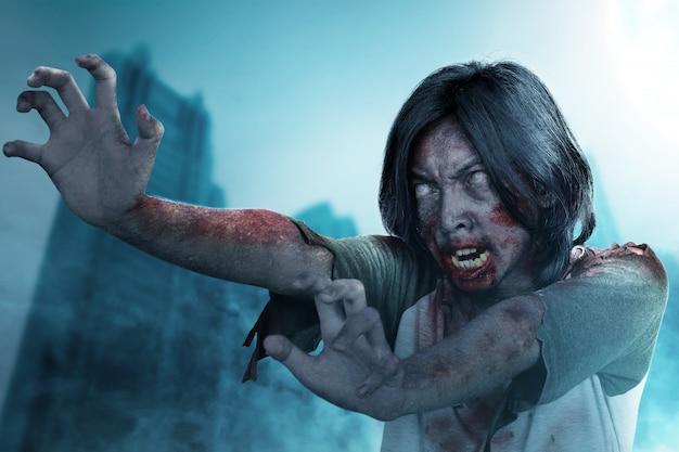 Straszny Zombie Z Krwią I Raną Na Swoim Ciele Stoi Premium Zdjęcia