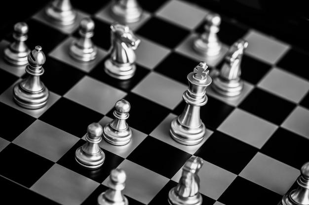 Strategia Szachowa Bitwa Inteligencja Gra Wyzwanie Na Szachownicy. Premium Zdjęcia