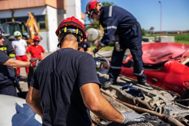 Strażacy Wykonują Swoją Pracę. Zdarzył Się Wypadek Samochodowy. Premium Zdjęcia