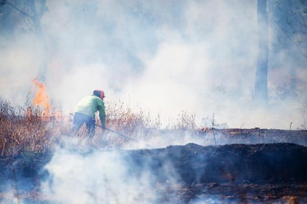 Strażak Pracuje Z Lotem Błyskawicy Premium Zdjęcia