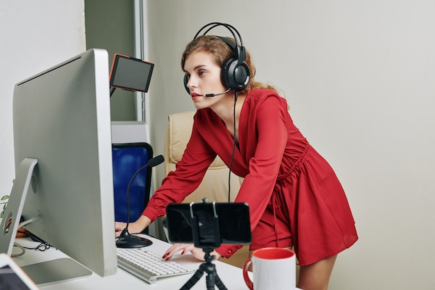 Streamer Grający W Gry Wideo Premium Zdjęcia