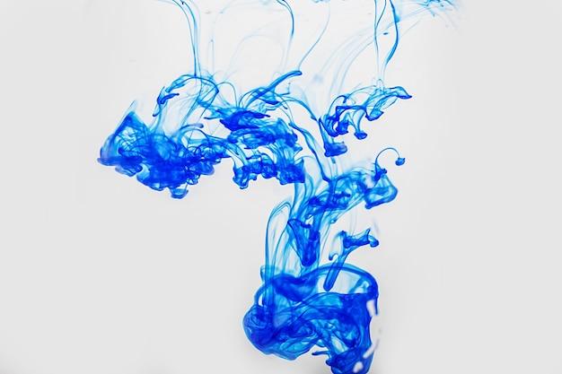 Streszczenie Niebieska Farba Spada W Wodzie Premium Zdjęcia