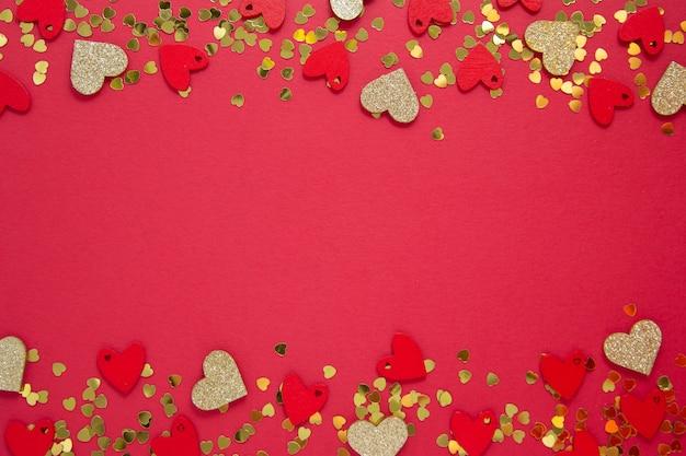 Streszczenie Rama, Granica, Czerwone Tło Z Brokatem W Kształcie Złotego Serca. Walentynki Leżały Płasko. Skopiuj Miejsce Premium Zdjęcia