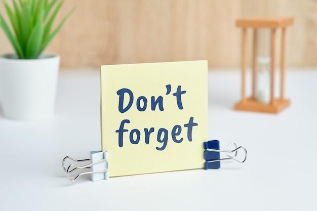 Streszczenie Strony Napis Nie Zapomnij Jako Koncepcja Przypomnienia. Premium Zdjęcia