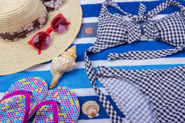 Strój Kąpielowy Z Akcesoriami Plażowymi Na Niebiesko Premium Zdjęcia