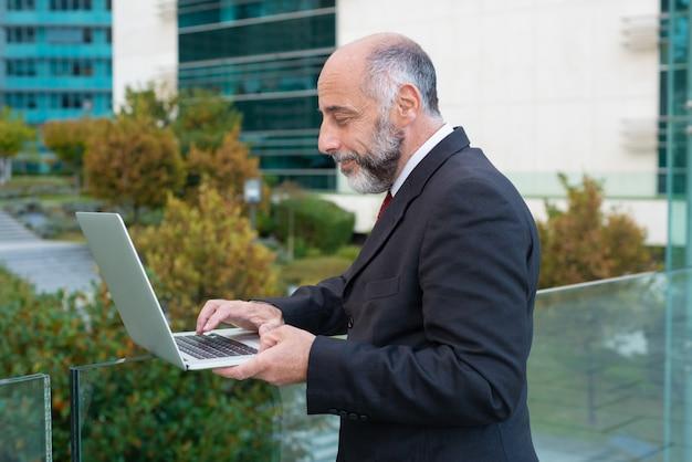 Strona Pozytywny Dojrzały Lider Biznesu Pracuje Z Laptopem Darmowe Zdjęcia