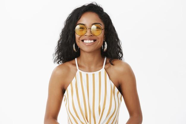 Strzał Do Pasa Uroczej Modnej Afrykańskiej Amerykańskiej Młodej Podróżniczki W Słodkie żółte Okulary Przeciwsłoneczne Darmowe Zdjęcia