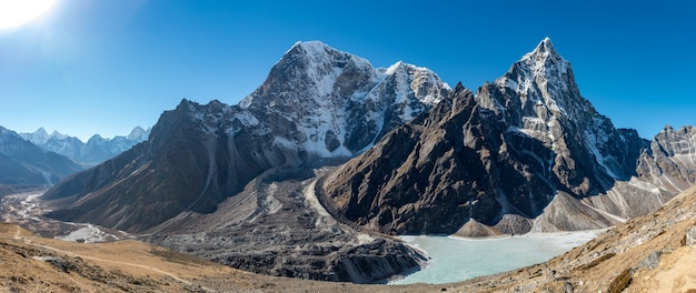 Strzał Krajobraz Pięknych Gór Cholatse Obok Zbiornika Wodnego W Khumbu, Nepal Darmowe Zdjęcia