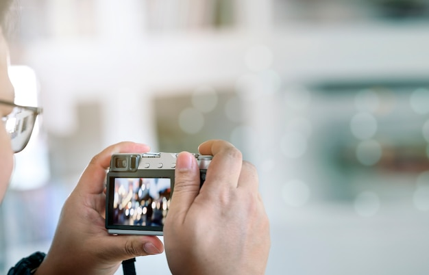 Strzał Mężczyzna Bierze Fotografię Cyfrową Kamerą Outdoors Z Kopii Przestrzenią. Premium Zdjęcia