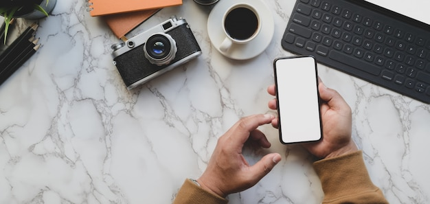 Strzał ogólny profesjonalnego fotografa mężczyzna trzyma pusty ekran smartfona w stylowy Premium Zdjęcia
