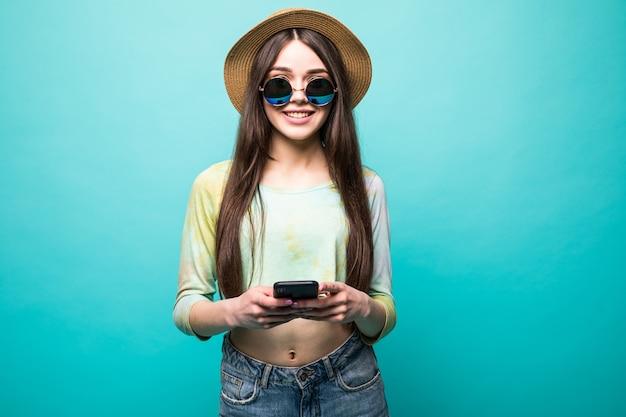 Strzał Studio Całkiem Młodej Roześmianej Europejki, Pokazującej Idealny Uśmiech Zęba, Piszącej Wiadomość Do Chłopaka Na Telefonie Komórkowym, Trzymając Gadżet Jedną Ręką Odizolowaną Na Zielono Darmowe Zdjęcia