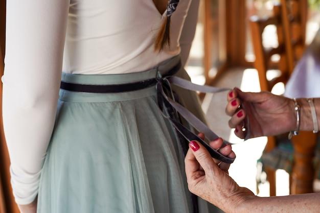 Strzał Zbliżenie Matka Pomaga Pannie Młodej Zorganizować Suknię ślubną Darmowe Zdjęcia