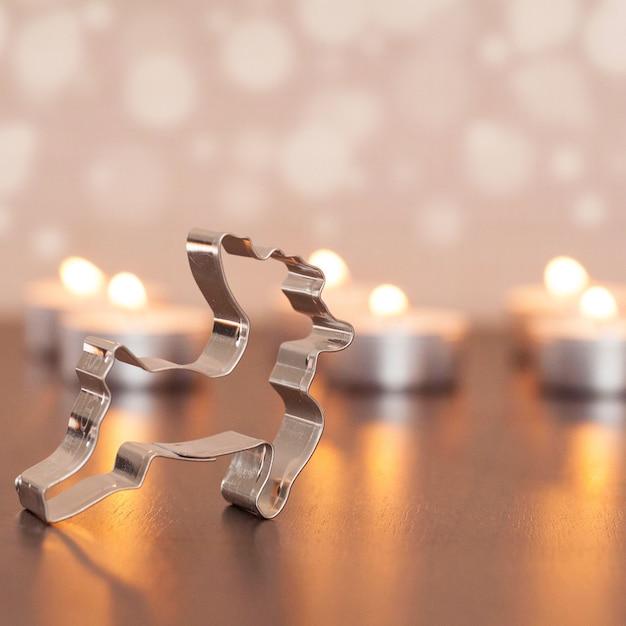 Strzał Zbliżenie Metalowej Dekoracji Jelenia Z Niewyraźne Małe świeczki W Tle Darmowe Zdjęcia