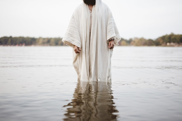 Strzał Zbliżenie Osoba Ubrana W Biblijną Szatę Stojącą W Wodzie Darmowe Zdjęcia