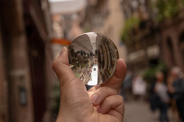 Strzał Zbliżenie Osoby Posiadającej Kryształową Kulę Z Odbiciem Zabytkowych Budynków Darmowe Zdjęcia