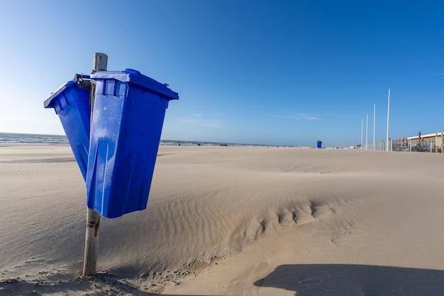Strzał Zbliżenie Pojemników Na śmieci Na Plaży O Zachodzie Słońca Darmowe Zdjęcia