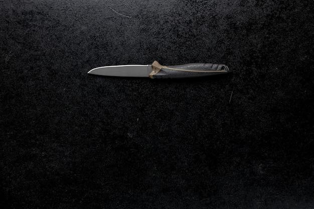 Strzał Zbliżenie Stały Ostry Nóż Na Czarnym Stole Darmowe Zdjęcia