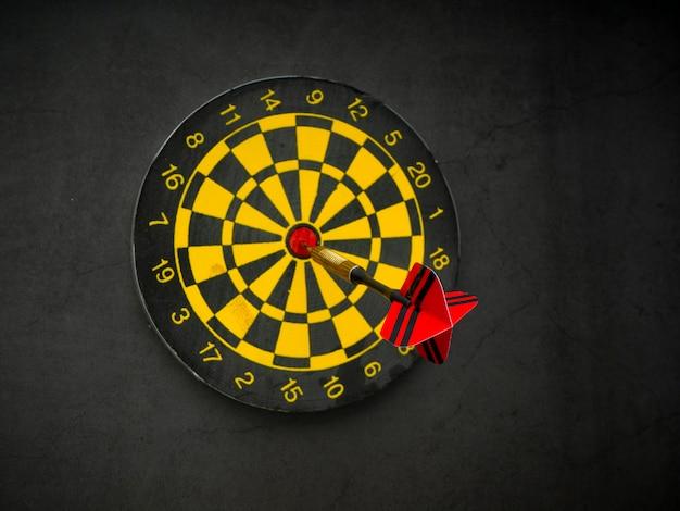Strzałka darta z planszy na czarnym granicie Premium Zdjęcia