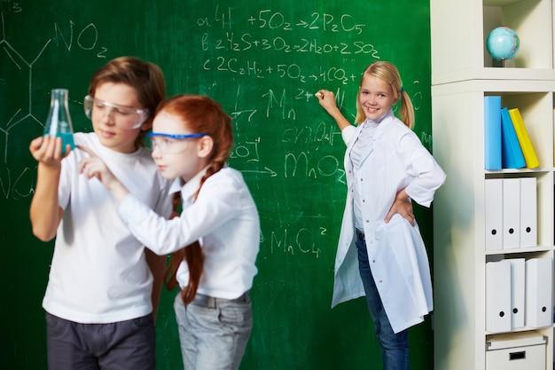 Studenci analizowanie eksperyment z tłem nauczyciela Darmowe Zdjęcia