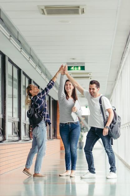 Studenci dający wysokie piątki w hali Darmowe Zdjęcia