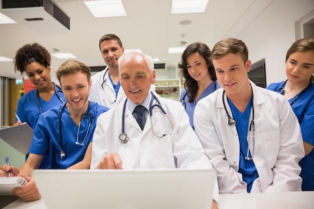 Studenci Medycyny I Profesor Za Pomocą Laptopa Premium Zdjęcia