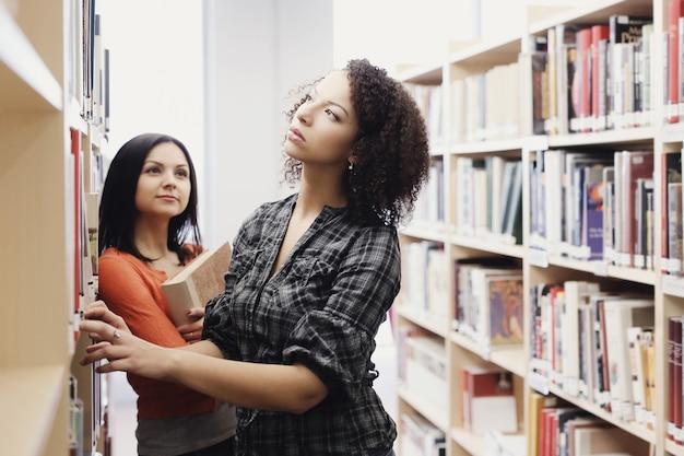 Studenci W Bibliotece Darmowe Zdjęcia