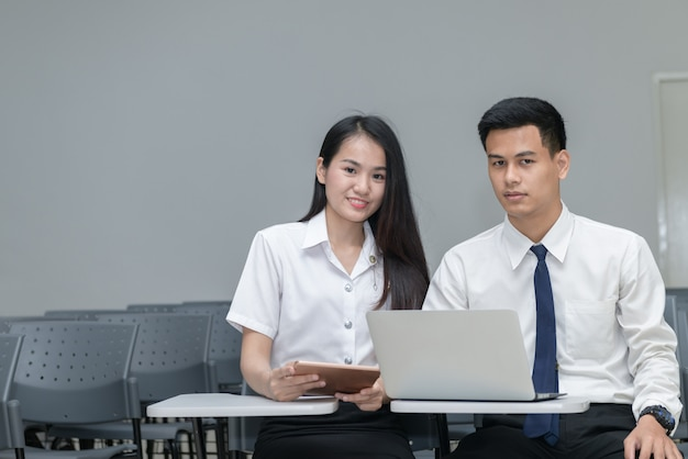 Studenci w mundurach do pracy i czytania Premium Zdjęcia