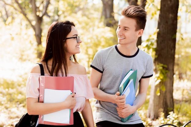 Studencka Para Opowiada Outdoors W Parku Premium Zdjęcia