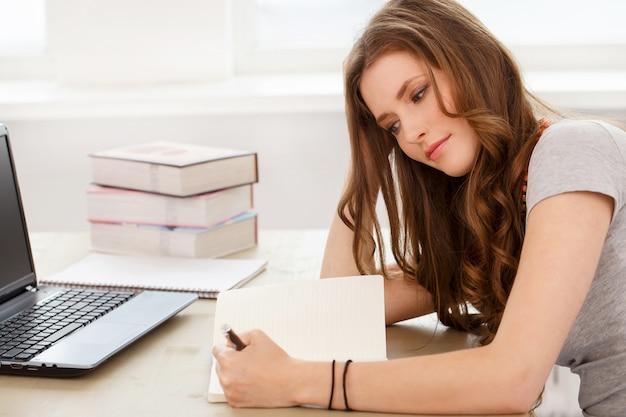 Student. atrakcyjna dziewczyna przy stole Darmowe Zdjęcia