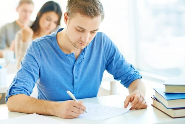 Student bardzo skoncentrowana w jego egzaminu Darmowe Zdjęcia