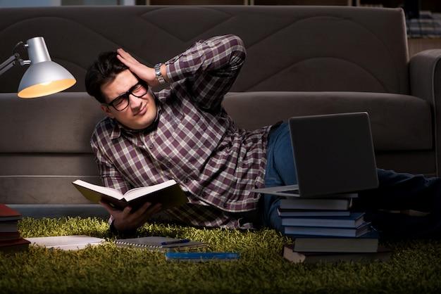 Student Czyta Książki Przygotowujące Do Egzaminów Premium Zdjęcia