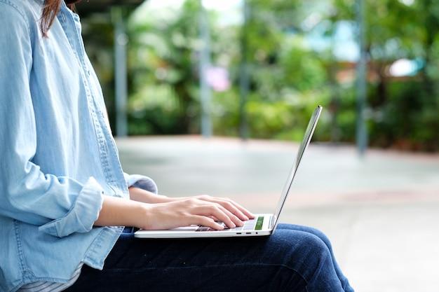 Student dziewczyna za pomocą laptopa, edukacji online, koncepcja uczenia się dorosłych Premium Zdjęcia