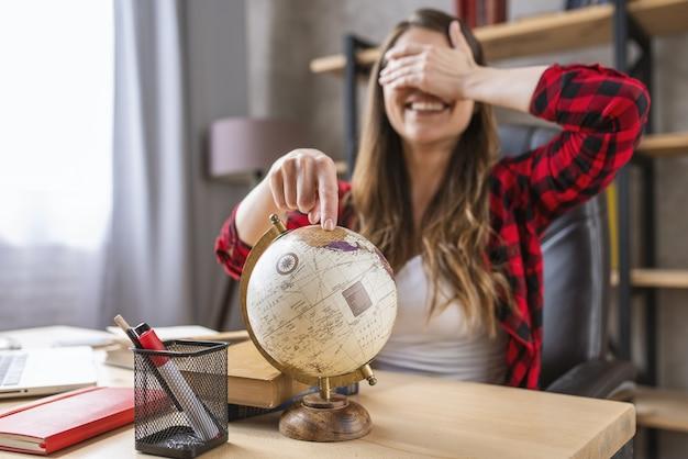 Student Jest Zestresowany I Chce Odpocząć W Podróży Dookoła świata Premium Zdjęcia