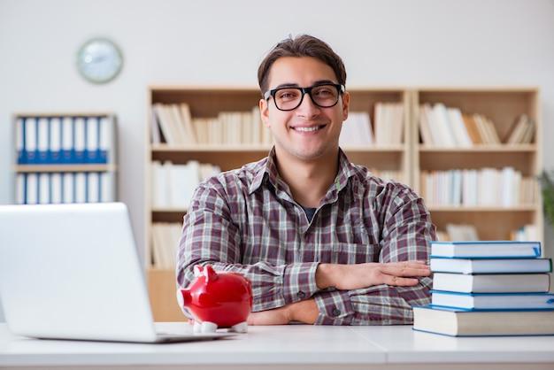 Student łamie skarbonkę, aby opłacić czesne Premium Zdjęcia