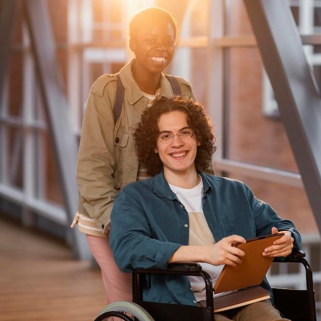 Student Pomaga Koledze Na Wózku Inwalidzkim Premium Zdjęcia