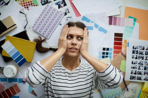 Student Sztuki Zestresowanej Leżący Na Podłodze Premium Zdjęcia