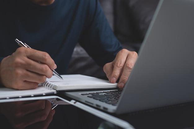Student Uczący Się Online W Domu Premium Zdjęcia