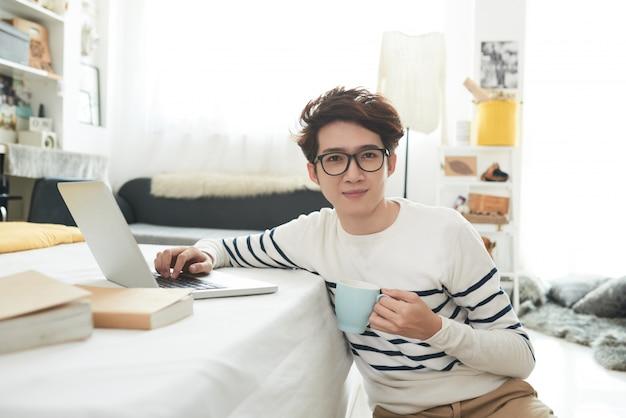 Student w swoim pokoju Darmowe Zdjęcia