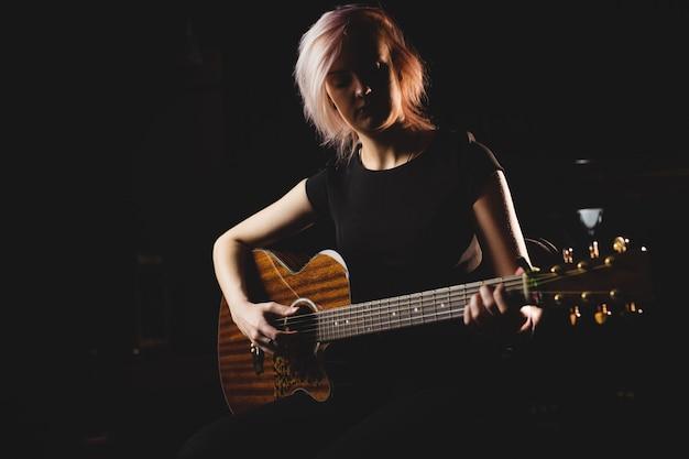 Studentka Gra Na Gitarze Darmowe Zdjęcia
