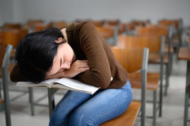 Studentka, Która śpi W Klasie Uniwersyteckiej Premium Zdjęcia