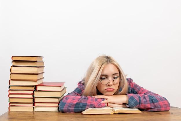Studentka Siedzi Z Książkami Zmęczony Na Białym Tle Darmowe Zdjęcia